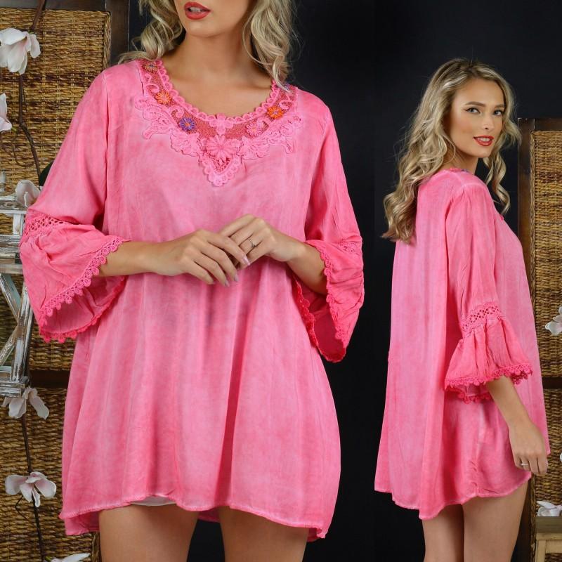 Bluza vaporoasa roz cu maneci evazate si broderie stilizata
