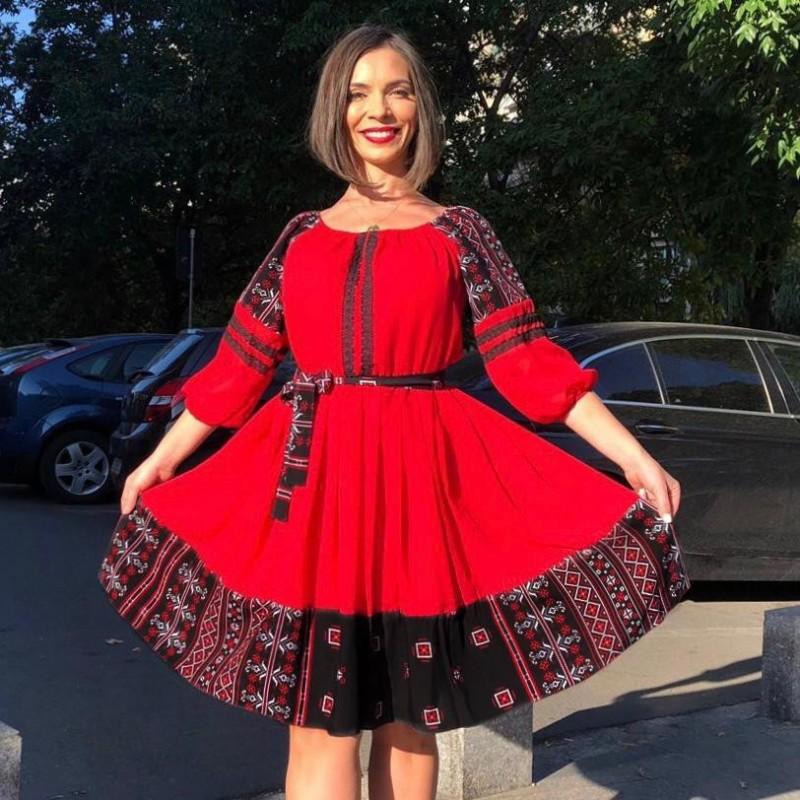 Rochie rosie din voal cu model traditional stilizat